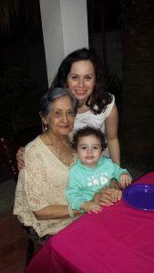 Con mi niño y mi abuelita en su cumple 88